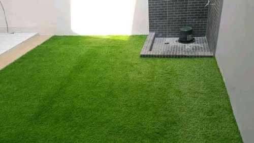 Taman rumput sintetis dalam rumah